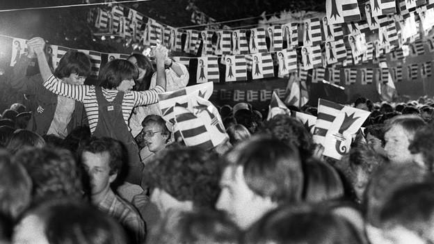 Zahlreiche Jurassier nehmen am Fest zur Gründung des Kantons Jura teil. Am 24. September 1978 wurde die Gründung auf dem «Freiheitsplatz» in Delsberg ausgerufen.