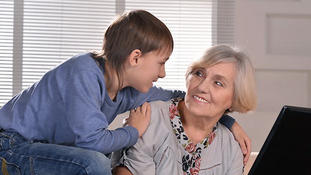 Unterscheiden sich nicht nur im Alter, sondern auch in der Sprache: Enkel und Grossmutter (Symbolbild).
