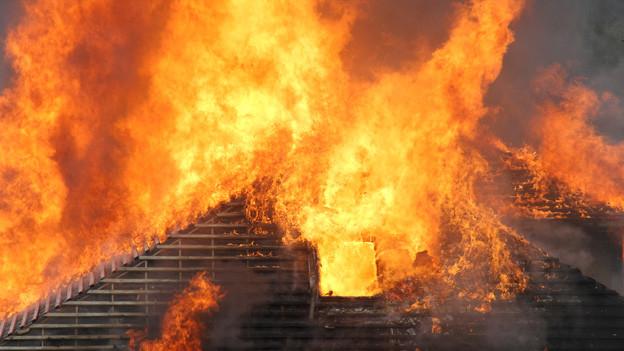 Auch ein glimmender Strohball kann ein grosses Feuer entfachen (Symbolbild).