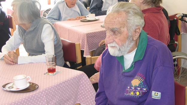 Walter Nigg in der Cafeteria seines jetztigen Wohnsitzes der «Casa Fiora» in Zizer