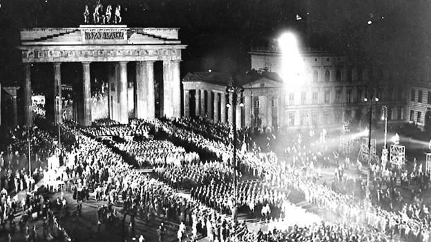 Machtübernahme Hitlers wird 1933 in Berlin gefeiert.