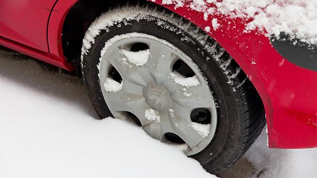 Es gibt verschiedene Tricks, um mit einem im Schnee steckengebliebenen Auto wegzufahren.