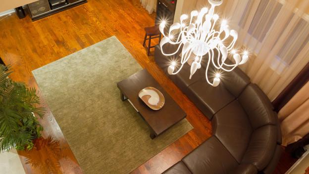 Die Abdrücke, die ein Couchtisch im Teppich hinterlässt, lassen sich mit Dampf oder Eis beseitigen.