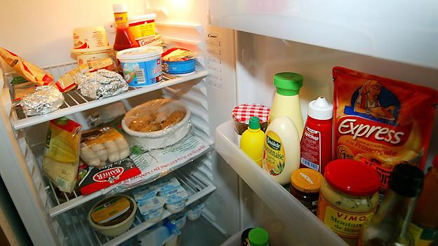 Es gibt verschiedene Möglichkeiten, schlechte Gerüche im Kühlschrank zu neutralisieren.