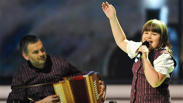 «Alperöösli»-Siegerin Chantal Häni bei ihrem Auftritt in der Show, begleitet von ihrem Vater am Schwyzerörgeli.