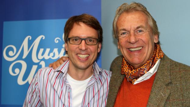 Christian Klemm begrüsst Pepe Lienhard (r) als Gast im SRF Musikwelle Brunch.
