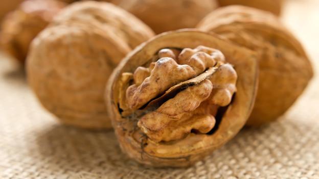 Baumnüsse: Den Inhalt geniessen, mit den leeren Schalen spielen.