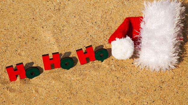 Weihnachtszeit am sonnigen Strand.
