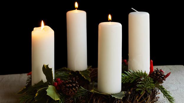 Drei Kerzen brennen zum 3. Advent.