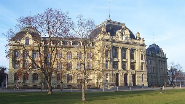 Blick auf das stattliche Hauptgebäude der Universität Bern.