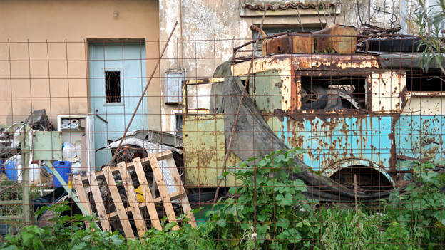 Müll und alte Möbel häufen sich im Hintergarten.