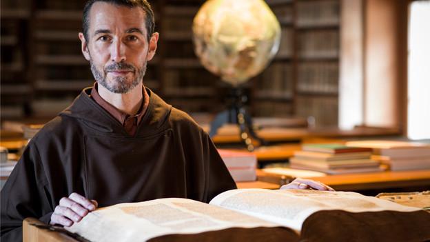 Benno Zünd in der Bibliothek des Klosters Wil SG.
