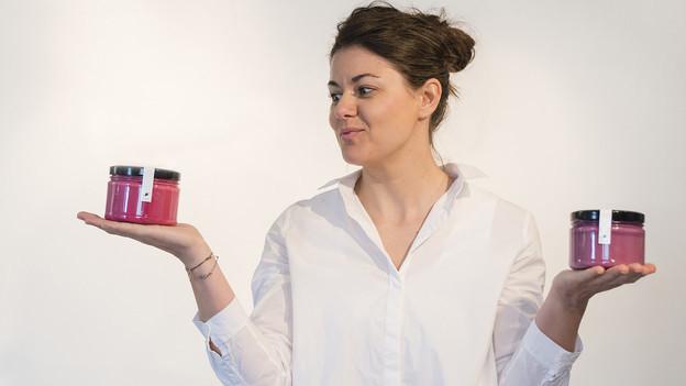 Ulli Nater hält in jeder Hand ein Glas mit roter Suppe.