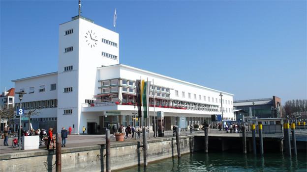 Blick auf Hafen und Quai und das weisse Gebäude mit dem Museum.
