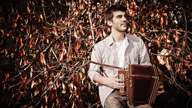 Robin Mark wurde 1989 in Chur geboren und wuchs in Rhäzüns in einer musikbegeisterten Familie auf.