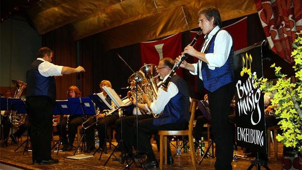 Ruth Cozzio-Studerus spielt Klarinette und wird von weiteren Musikanten begleitet.