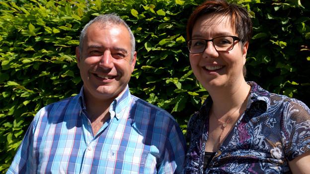 Ivan Kym und Karin Kobler an einem sonnigen Tag im Freien.
