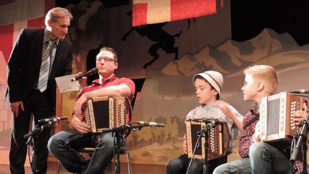 Die beiden Jungmusikanten Fabrizio Frey (mit Hut) und Nino Perfler spielten am 50. Bündner Ländlerkapellentreffen in der Kapelle Schanfiggermix mit. Moderiert wurde der Anlass von Beat Tschümperlin.