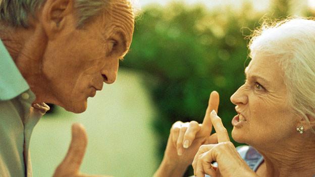 zwei streitende Senioren