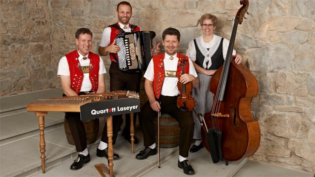 Musikanten und Musikantin vom Quartett Laseyer mit Hackbrett, Akkordeon, Violine und Kontrabass.
