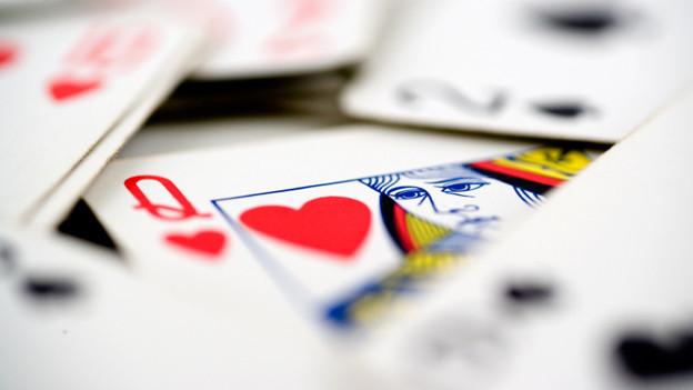 Die Karte mit der Herzdame zwischen anderen Spielkarten.