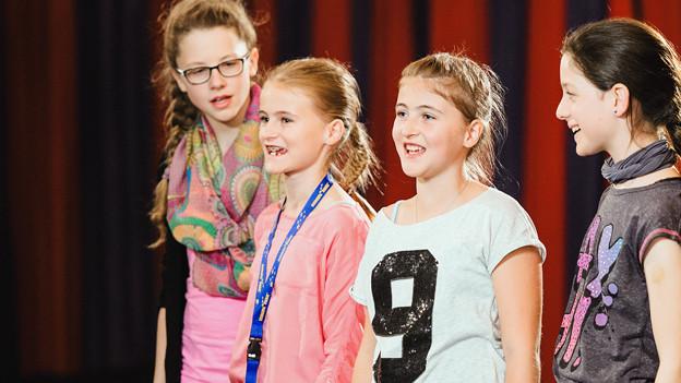 Vier jugendliche Mädchen bei den Vorbereitungen für die Show.