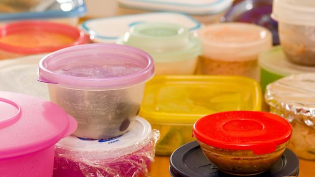 Kleine und grosse sowie verschieden farbige Aufbewahrungsboxen aus Plastik.