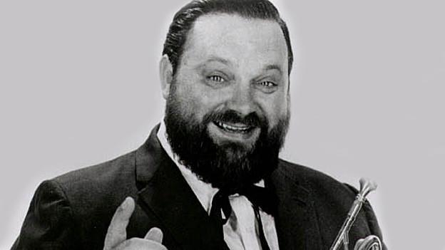 Schwarzweissfoto von Al Hirt mit Bart und Trompete.