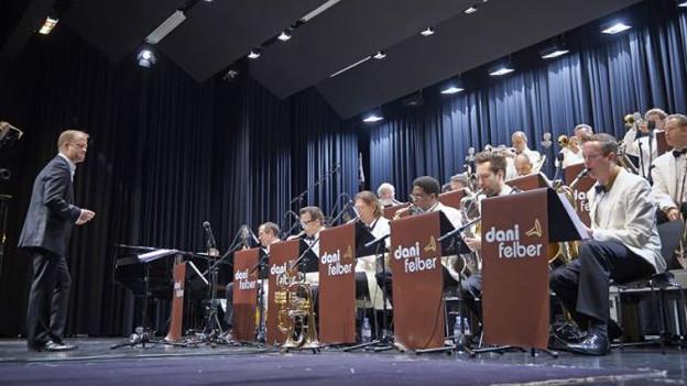 Dani Felber und Band während Konzert.
