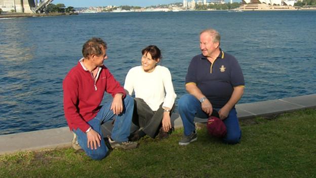 Das Trio in Sidney am Meeresufer.