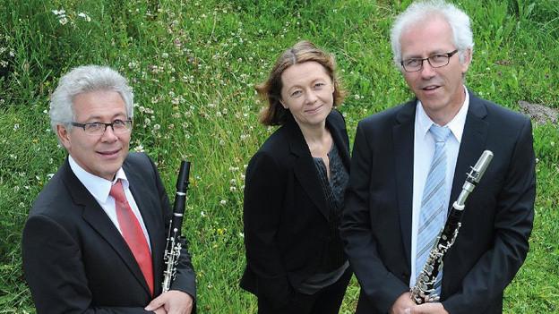 das Trio auf einer grünen Sommerwiese.