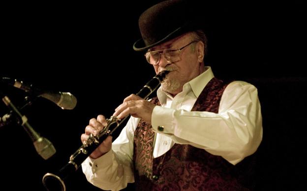 Mr. Acker Bilk spielt auf seiner Klarinette während eines Konzerts.