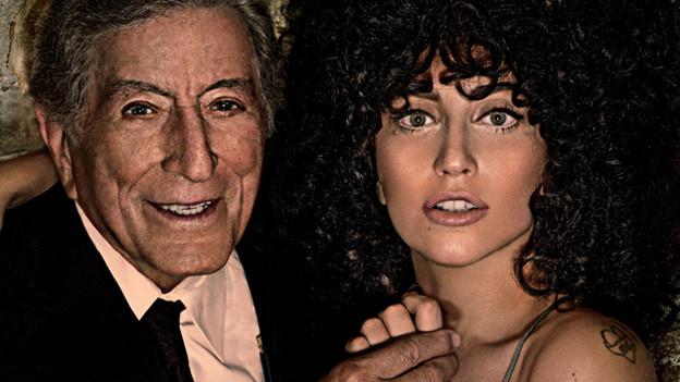 Lady Gaga mit lockigem braunen Haar und der ergraute Bennet.