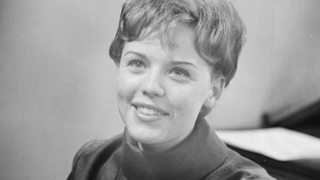 Schwarzweissfoto der jungen Sängerin.