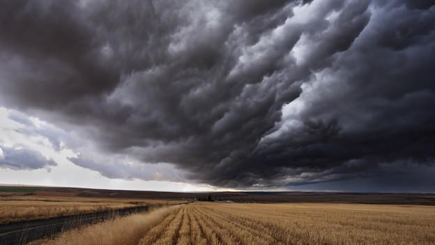 Gewitterverhangener Wolkenhimmel über Ährenfeld.