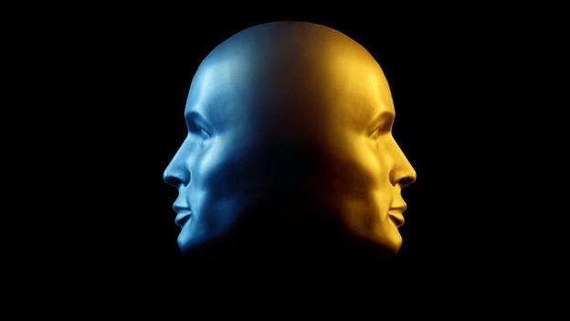Ein Kopf mit zwei Gesichtern, die in die gegensätzliche Richtung blicken.