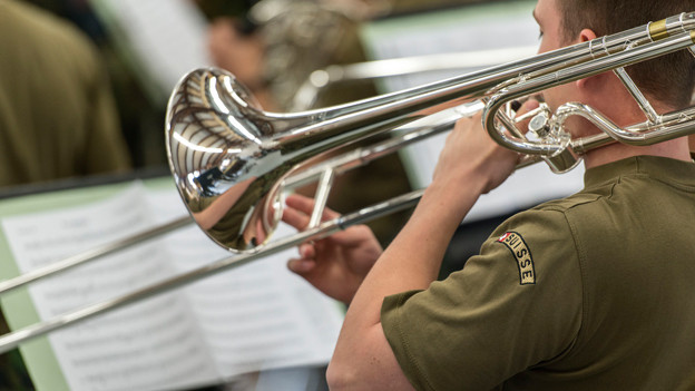 Posaunist in der Schweizer Militärmusik.