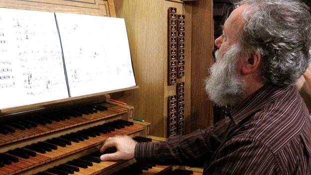 Wolfgang Sieber an seiner Orgel.