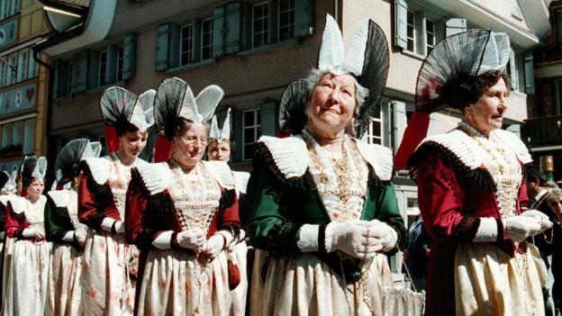 Appenzellerinnen in Tracht.