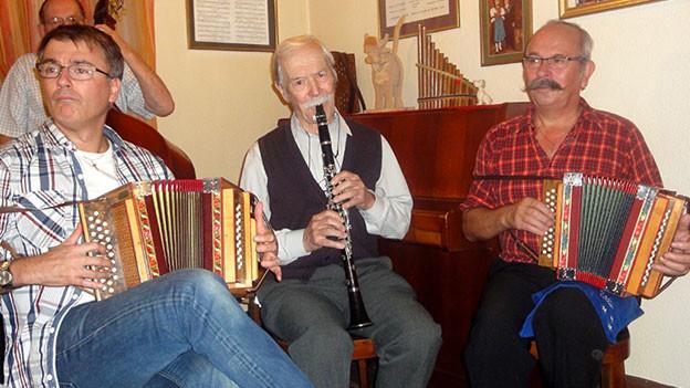Trio mit Schwyzerörgeli und Klarinette spielt im Restaurant auf.