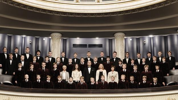 Der Gesamtchor auf der Empore eines Opernhauses.