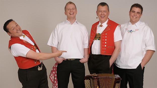 Die vier Musiker zeigen sich auf dem Gruppenfoto fröhlich und ausgelassen.