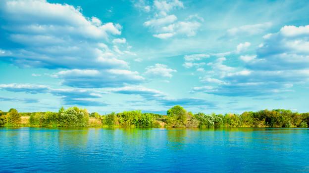 Herrlicher Blicke über einen Fluss, im Hintergrund eine Insel.