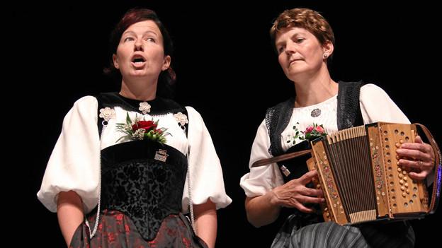 Eine Jodlerin und eine Schwyzerörgeli-Spielerin beim Auftritt.
