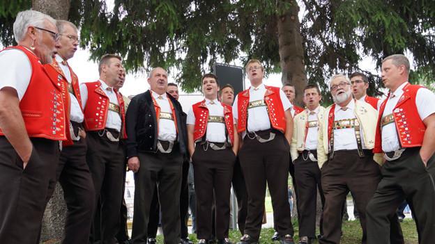 Der Jodlerklub in Appenzeller Tracht im Halbkreis aufgestellt.