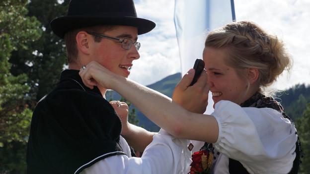 Ein junges Trachtenpaar beim Tanzen.