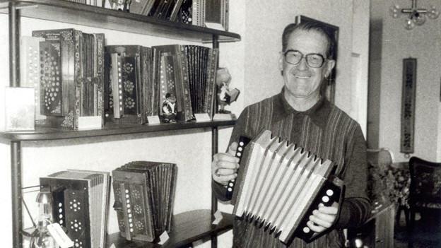 Max Weilenmann präsentiert seine Sammlung an Schwyzerörgeli