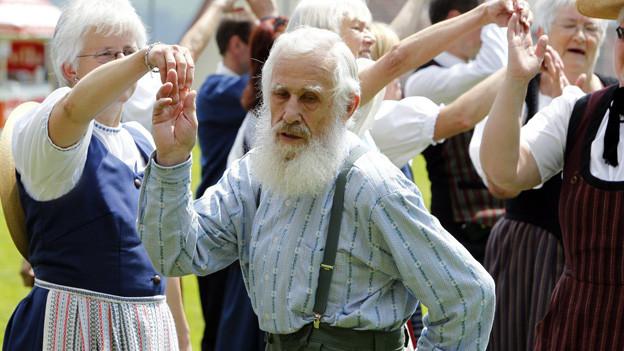 Seniorinnen und Senioren einer Volkstanzgruppe.