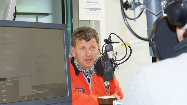 Semino Rossi sitzt hinter dem Microfon und beantwortet Fragen.
