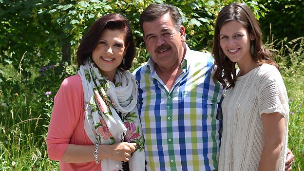 Gruppenfoto im Garten mit Maja Brunner, Hansueli Oesch und Melanie Oesch.